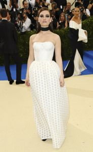 Lily James usando Burberry