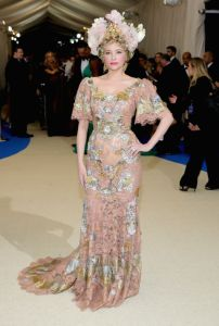 Haley Bennet usando Dolce & Gabbana